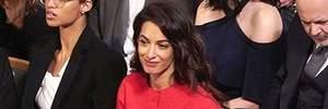 Ефектні жінки обирають червоний: Амаль Клуні відвідала церемонію вручення Нобелівської премії