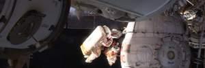 Космонавти оглянули дірку в МКС та взяли проби герметики