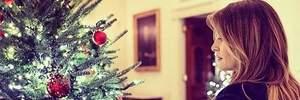 Меланія Трамп в ефектному вбранні підготувала різдвяні подарунки для дітей: чарівні фото