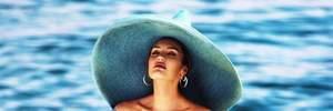 В широкополой шляпе и купальнике: Кэндис Свейнпол похвасталась стройной фигурой