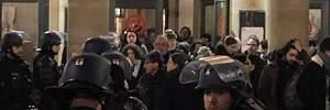 В Париже мигранты, требуя официальной регистрации в стране, пытались прорваться в театр