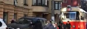 В Киеве раздраженные люди сдвинули с дороги автомобили, заблокировавшие трамвай: видео