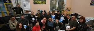 """Гравці """"Динамо"""" відвідали поранених військових у госпіталі: фото та відео"""