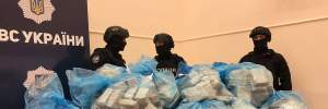 Полиция принесла на брифинг 300 килограмм героина: фото и видео