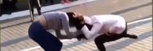 На Волыни девушки устроили жестокую драку во дворе школы: видео