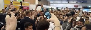 Во время IForum десяток телохранителей охраняли Зеленского от журналистов: фото