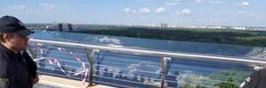 """Второй день после открытия: стеклянная вставка """"моста Кличко"""" покрылась трещинами"""