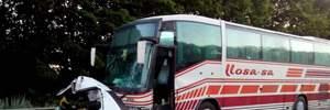 Легковушка влетела в рейсовый автобус на Харьковщине: водитель авто погиб (фото)