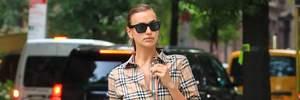 Ірина Шейк прогулялася вулицями Нью-Йорка з донькою: обидві були одягнені в сукні від Burberry