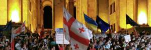 Протесты в Грузии: митингующие сожгли флаг России и заявляют об оккупации: видео