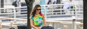 В топе tie-dye и коротких шортах: Ирина Шейк вышла на прогулку с дочерью Леей – фото