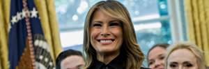 В штанах с лампасами и черной блузке: Мелания Трамп засветила элегантный образ в Белом доме