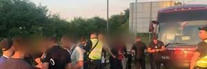 Массово едут в Киев: полиция остановила автобусы с подозрительными молодыми людьми