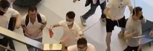 В Гонконге группа людей с палками напала на протестующих: пострадали 36 человек