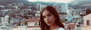 В джинсах и белом топе: девушка Бруклина Бекхэма показала стильный casual-образ в Монако