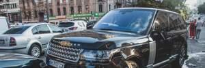 Range Rover і Tesla зіткнулися в Києві, позашляховик влетів у натовп людей: фото