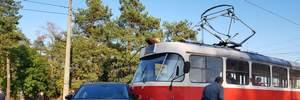 У Києві авто врізалося в трамвай: фото та відео