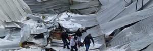 Момент смертельного обвала крыши во время религиозной службы в Перу попал на видео