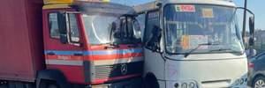 У Києві на Чернігівській вантажівка врізалась у маршрутку: фото