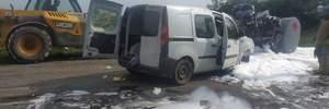 На Львівщині зіткнулись бензовоз і легковик: авто розтрощило вщент, пальне розлилось на дорогу