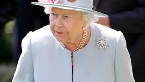 Разгневанная Елизавета II наказала отца Меган Маркл