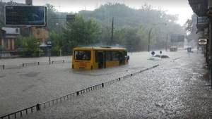 Реки вместо улиц и плавающие машины: во Львове бушевала ужасная непогода – фото, видео