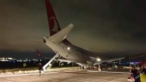 В Одессе аварийно сел самолет из Турции, пассажиров эвакуировали: фото и видео