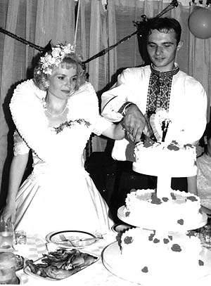 Невесты разрезают свадебный торт, 1998 год