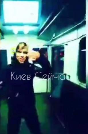 Скандал у метро Києва, підлітки танцювали і палили цигарки у вагоні