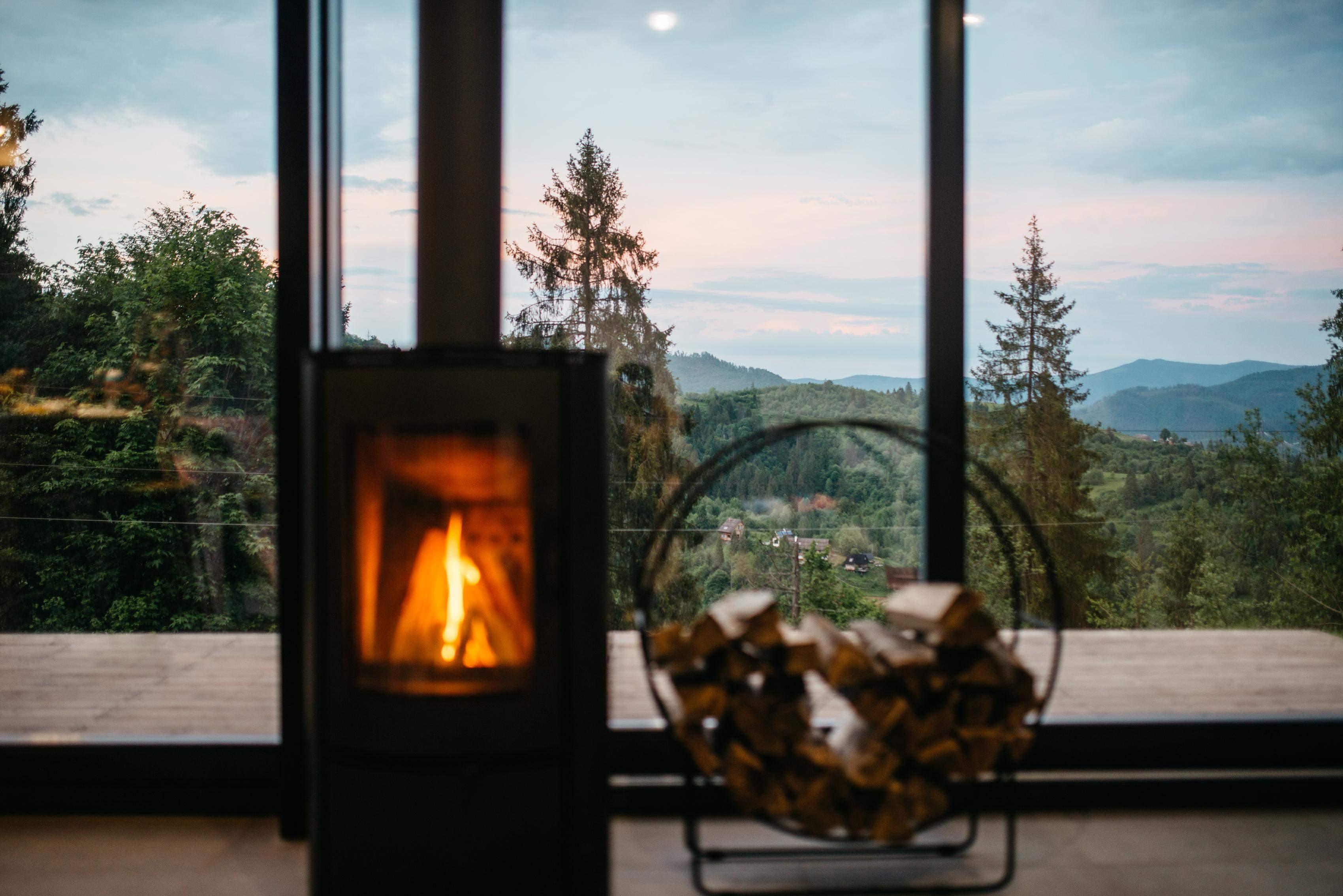 Крізь панорамні вікна відкриваються чудові пейзажі