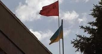 На Луганщині попри заборону КСУ червоні прапори і далі висять