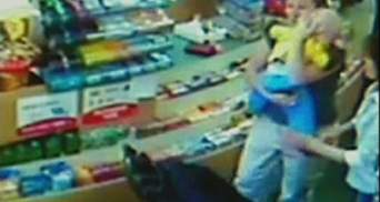 Ребенок в коляске выжил после удара автомобиля, который въехал в магазин