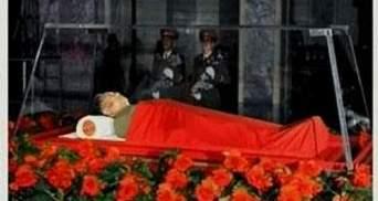 Телевидение КНДР показало тело Ким Чен Ира в стеклянном гробу