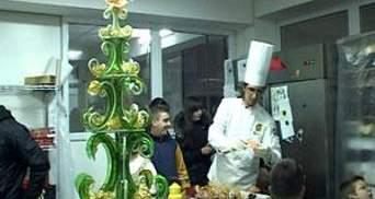 В Ужгороді виготовили солодку півтораметрову ялинку