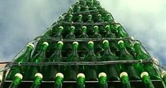 Новорічну ялинку створили з порожніх пляшок з-під шампанського