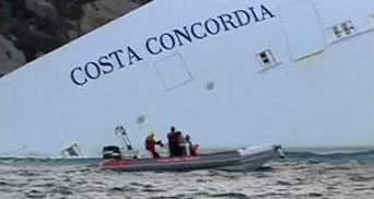 """Тысячи итальянцев приезжают посмотреть на затонувший лайнер """"Costa Concordia"""""""