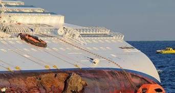 Під лайнером Costa Concordia руйнуються скелі
