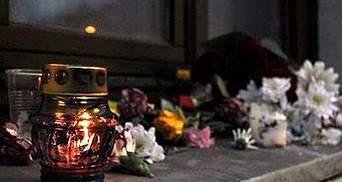 К дому Владислава Ковалева несут цветы