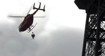 С Эйфелевой башни специальным вертолетом сняли самоубийцу