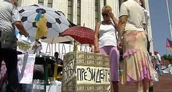 Мітингувальники під Українським домом готують Януковичу подарунок