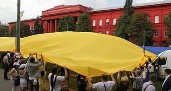 У Києві цілу вулицю накрили величезним прапором України (Фото)