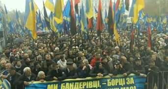 Свободовцы во время шествия сожгли флаги КПУ и Партии регионов