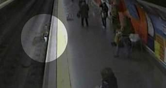 В Испании полицейский спас женщину, которая упала на рельсы (Видео)