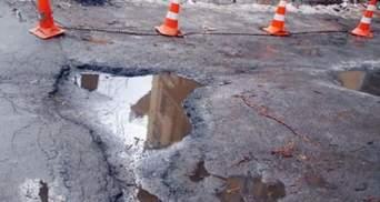 В Азарова повідомляють, що ями залишились лише на 15% українських доріг