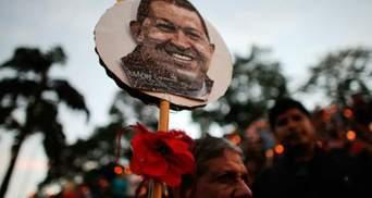 Чавесу посмертно вручили копию шпаги Симона Боливара