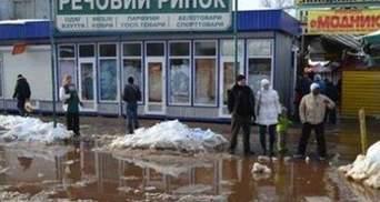 В Киеве вода протекает в метро и затапливает автобусные остановки