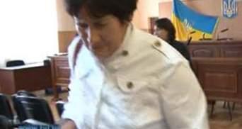 Суд оправдав тещу Вадима Колесніченка, яка напоїла підлеглу нашатирним спиртом
