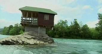 Серб звів будинок посеред річки Дріни (Відео)