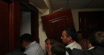 Фото дня: свободовцы выломали двери в Киевсовете