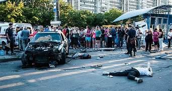 У Сумах Ауді розтрощило зупинку і збило двох людей, водія не відпускали 500 очевидців
